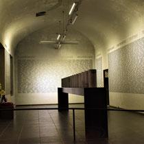 18. Urnenzaal - De urnen bevatten assen uit concentratiekampen die op de muur boven de namen staan