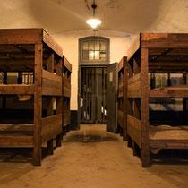 49. In een barak met stapelbedden voor de gevangenen