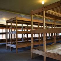 37) Slaapzaal voor gevangenen in Barak 13B