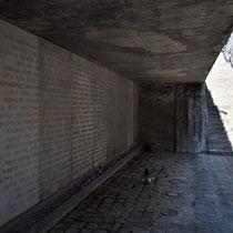 Memorial Monument Belzec - trap naar links