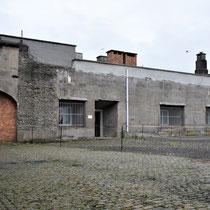41. Linker binnenplaats van het Fort met zicht op de eerste donkere cellen