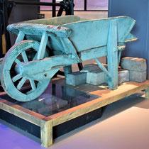 16) Houten kruiwagen, onderdeel van expositie