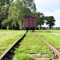 Treinwagon - op spoor buiten het kamp
