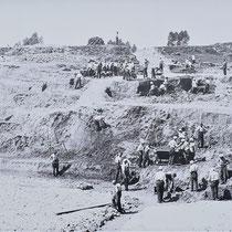 26. Oude foto waarop te zien is dat gevangenen grond afgraven en wegvoeren bij het Fort