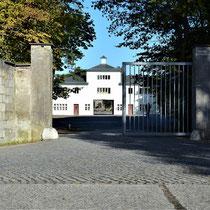 Ingang kamp - links achter de muur de woning van de kampcommandant
