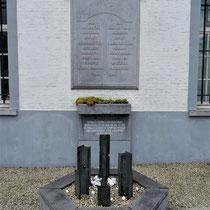 05. Herdenkingsmonument naast de ingang