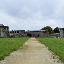 98. Buitenterrein van het Fort - linkerkant met zicht op ingang