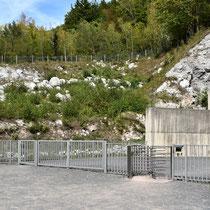 Ingang tunnel B - links de oorspronkelijke ingang welke is opgeblazen en recht de nieuwe ingang naar tunnel A
