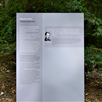 Informatiebord over bioscoop in het kamp