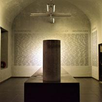 17. Urnenzaal - Op de muur staan de namen van alle gevangenen die bekend zijn van Fort Breendonk