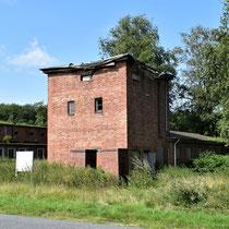 03. Rechter zijaanzicht van het transformatorhuisje en ingang kamp