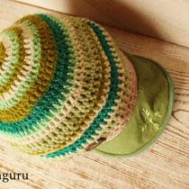 グリーン。つばに入った刺繍がお気に入り!