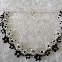 Blümchenkette weiß-schwarz 30 Euro