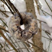 Fettfutterknödel im Baum, Foto: schlaubatz