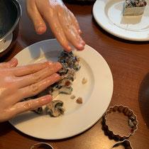 Fettfutter in Ausstechformen schmieren, Foto: schlaubatz