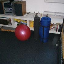 die kleinen leichten Trainingsutensilien wurden ins zukünftige Fitnesszimmer gestellt :-)