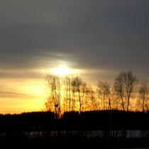 Es wird früh dunkel. Nun wird es Zeit, wieder ins Mökki zu kommen und am knisternden Feuer des Kaminofens zu entspannen.