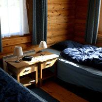 """Schläfrig nach der Sauna? Mummeln Sie sich am Ende des Tages (oder auch zwischendurch) gemütlich in Ihrem XL Bett ein u. träumen Sie in den Schlaf. Gemütliches Schlafzimmer mit Rollos im EG mit 2 Betten 1,20 m x 2 m.Cosy bedroom downstairs. Beds""""size XL""""."""
