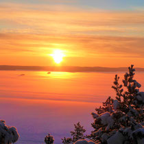 Erleben Sie hoch über der Winterlandschaft grandiose Sonnenuntergänge und absolute Stille, nur unterbrochen von den Geräuschen des Eisganges. Ein besonderes Erlebnis ist der zugefrorene Päijännesee vom 1,5 km entfernten Aussichtsturm gesehen.