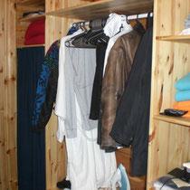 Sie haben viel mitgebracht? Kein Problem für die große Garderobe am Eingang mit vielen Ablagemöglichkeiten. Dort auch Bügeleisen, Bügelbrett, Reinigungsutensilien. (Ablagemöglichkeiten auch im DG). Large wardrobe at the entry.