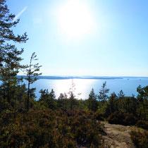 """Genießen Sie den Blick auf das große Archipel vom nahegelegenen """"Berg"""" mit Aussichtsturm, 1.5 km fußläufig von Ihrem Domizil."""