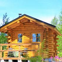 Eigene, traditionelle Blockhaus-Außensauna mit großem Holzofen, direkt am Haus. 50 m zum See.