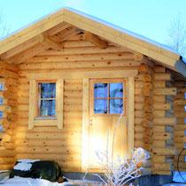 Am Abend wartet die dampfende Blockhaus-Außensauna mit großem Holzofen mit Glastür direkt am Haus und 50 m zum See oder die Elektrosauna im Haus für Ihre Wohlfühlzeit.