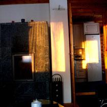 Die Wintersonne schickt ihre letzten Strahlen direkt ins Wohnzimmer, während Sie den Kamin anzünden. Zeit für die abendliche Sauna und das Einkuscheln vor dem Kaminofen!