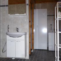 Sie verwöhnen sich morgens gerne mit ausgiebigem Duschen? Freundliches Tageslicht-Duschbad mit Sauna und 270 l Boiler, Waschmaschine. Fußbodenheizung Bathroom with wc,shower,sauna,big boiler, washing machine,quiet ventilation.