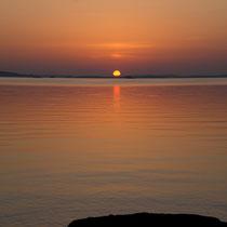 Nur einen Steinwurf von Ihrem Domizil fußläufig entfernt erleben Sie am Ufer der benachbarten Halbinsel Sonnenuntergänge wie am Meer.