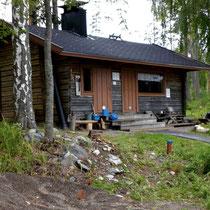 Für die Sauna-Puristen unter uns: Urig alte Blockhaus-Sauna am Sandstrand mit Holzofen für die Anlieger und ihre Gäste, ca. 300 m vom Haus (Sauna gemischt mit Badehose und Bikini nutzbar).  Common log house sauna (woodfired) 300 m from the house.
