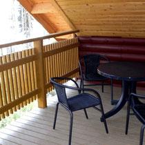 Auch wenn es einmal etwas stürmischer sein sollte: Trinken Sie Kaffee oder ein Bier auf der weitgehend windgeschützten Sitzgruppe für 4 Personen auf dem Balkon.