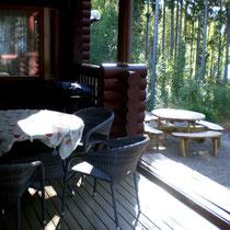 Sitzen oder grillen Sie gemütlich auf der Terrasse oder auf der Sitzgruppe davor (Elektrogrill auf der Terrasse).