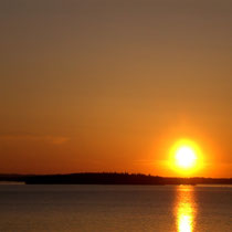 Auf dem Boot oder einem anderen verschwiegenen Platz in der Umgebung: Herrliche Sonnenuntergänge am Päijänne See erleben. Breathtaking sunsets at Lake Päijänne.