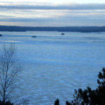 """Erleben Sie hoch über der Winterlandschaft absolute Stille, nur unterbrochen von dem Knacken des Eisganges. Blick vom nahen Aussichtsturm auf den gefrorenen """"Päijänne""""."""