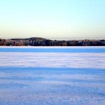 Mit unseren Schneeschuhen über die unberührte Weite des Päijänne Sees wandern und die besondere polare Winterlandschaft entdecken.