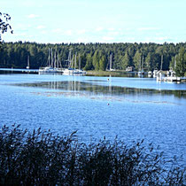 Sie lassen sich gerne den Wind um die Nase wehen? Segel- und Bootshafen unweit des Hauses (auf dem Anfahrtsweg von Sysmä zum Mökki gelegen). Marina for sailboats / boats.