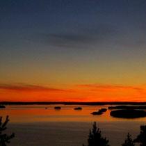 Genießen Sie zu zweit an einem verschwiegenen Platz unweit des Hauses, hoch über dem See, grandiose Sonnenuntergangspanorama ...