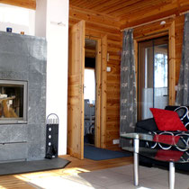 Kuscheln und Entspannen vor dem Kaminofen. 2.000 kg Speckstein-Kaminofen im Wohnzimmer. Wohlig warm und schön im Winter, einfach zum Träumen davor im Sommer. Soap stone stove. Prepared for wintertime!