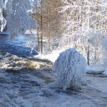 Finden Sie bei Ihren Winteraktivitäten in der Umgebung Sysmäs kleine Idylle, wie hier in Sysmä-Virtaa bei einer Winterwanderung.