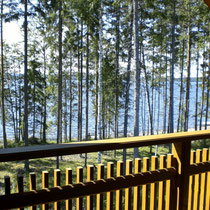 Genießen Sie alleine oder zu zweit ungestörtes, vor Wind und neugierigen Blicken geschütztes privates Sonnenbaden mit dem Rauschen des großen Sees als Kulisse. Großer Balkon mit Blick zum See Südseite.