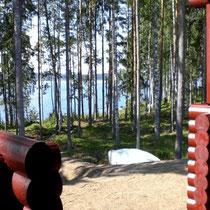 Lassen Sie von der großen Terrasse Ihren Blick über die Bucht am See schweifen, während der Duft von Gegrilltem die Vorfreude auf Ihr Mittagsmenue steigen lässt. Natürlich essen Sie nach skandinavischer Art auf der Veranda!(Terrasse m. Elektrogrill,Süds)