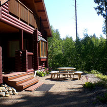 Machen Sie sich es an der Terrasse gemütlich und genießen Sie Sonne, Wasser, Wald.