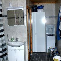 Sie verwöhnen sich morgens gerne mit ausgiebigem Duschen?  Kein Problem im Sunny Mökki Sysmä! Freundliches Tageslicht-Duschbad mit Sauna und 270 l Boiler, WC,  Waschmaschine. Bathroom with wc,shower,sauna,big boiler, washing machine,quiet ventilation