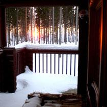 Ihr warmes Mökki und die Sauna warten schon. Draußen zaubert unterdessen die Sonne einen roten Abendhimmel.