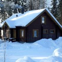 """Ohne Worte!:  Ihr """"Knusperhäuschen"""" im polaren Winterwald.  Hier gibt es """"IHN"""" noch, den richtig knackig kalten Winter mit tiefverschneiten Wäldern!  Ihr Sunny Mökki Sysmä befindet sich auf gleicher geographischer Breite wie Süd-Alaska."""
