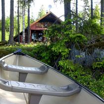 Direkt von der Veranda ins Kanu oder eines der anderen Boote. Familienfreundliches Anfängerkanu für bis zu 3 Personen. Auch alleine zu paddeln. 50 m am Ufer vor dem Haus.
