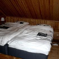 Sie mögen Ihr Schlafzimmer etwas größer? Kein Problem: Großes Schlafzimmer mit Rollos im DG. Large bedroom upstairs.