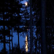Träumen Sie bei Vollmond auf dem Balkon des Mökkis und genießen Sie ungestört zu zweit das Rauschen und nächtliche Glitzern des Sees.   Auch ein Uhu hat uns bei Vollmond schon auf dem Balkon besucht! Nächtlicher Blick vom Balkon im Herbst.