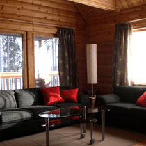 Ihr Platz für eine schöne Auszeit: Großzügiges, sonniges Wohnzimmer in offener Galeriebauweise mit Mittags- und Abendsonne.  Sunny generous livingroom.